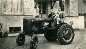 Photographie des collections du Compa : Tracteur Farmall A, Fonds Duret.